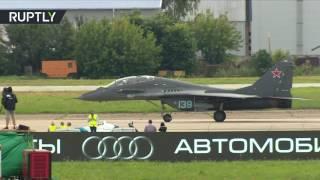 سباق سرعة بين مقاتلة ميغ29 و سيارة رياضية في معرض ماكس 2017