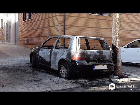 VÍDEO: Imágenes del incendio del coche en la calle Francisco José Guerrero y estado en el que ha quedado el vehículo