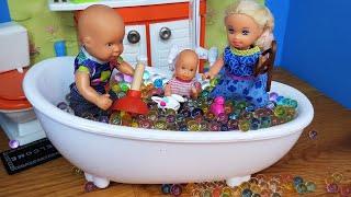 КАТЯ И МАКС ИЩУТ СЮРПРИЗЫ В ШАРИКАХ ОРБИЗ! Веселая семейка Мультики с куклами Барби