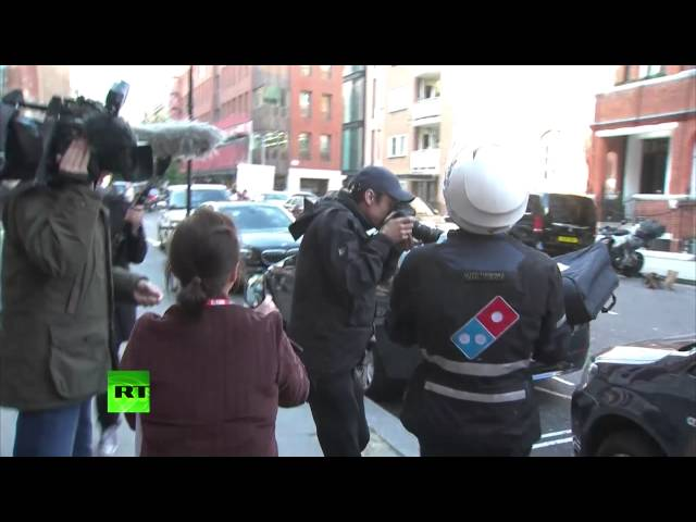 Pizza delivered to Ecuadorian Embassy as police ends Assange blockade