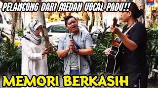 Memori Berkasih_Pelancong dari  Medan Indonesia Bersuara Merdu Depan Sogo.. MP3