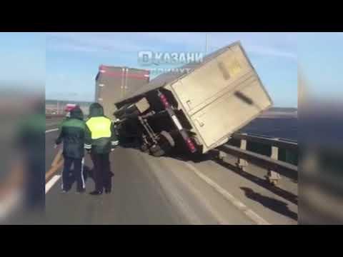 Страшный ветер в Татарстане чуть не опрокинул фуру в реку | ТНВ