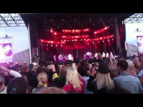 Olly murs warms up his band at lytham proms