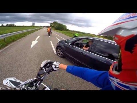 Sur gammel mand på køre motorcykel - Grumpy old man tries to overrun biker #8