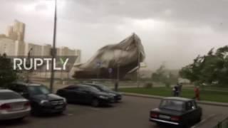 شاهد.. رياح قوية تدمر سقف ملعب للتنس في موسكو