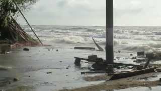 La Barra, Buenaventura: La erosión de las olas derrumban un poste de energía thumbnail