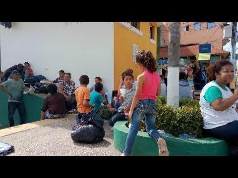 Caravana de hondureños descansa en la frontera con México