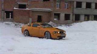 Mustang GT и снежок на парковке..