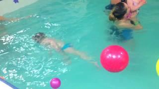 Собирания мячей в воде-Обучение плаванию в бассейне в Минске для детей (Курсы,Секция,занятия)