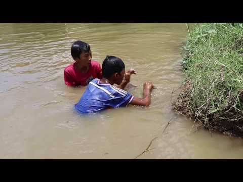 New Khmer Fishing Trap Kva - Amazing Poor Children Use Kva Hook Fish & Frog Inside Hole In Cambodia