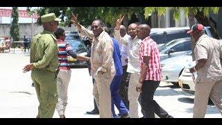 Mbowe akibishana na polisi mahakama ya Kisutu leo.