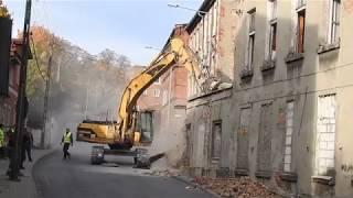 Wyburzanie spalonego pustostanu przy Podmiejskiej 11 w Gdańsku. Opuszczony budynek
