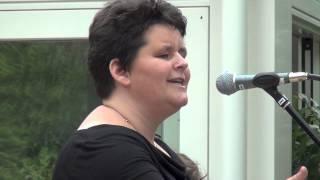 Zangles Amersfoort; Rianne de Vries tijdens het Tuinconcert van Zangstudio Annemiek Maissan