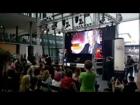 Robert Picardo speaks German (Comic Con Germany 2016)