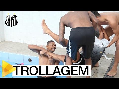 Elenco trolla fisioterapeuta em treino na piscina