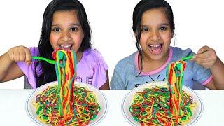 शफ़ा रंग बिरंगे आटे वाले नूडल्स से खेलती है।