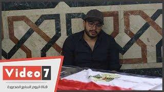 والد عمرو سمير يبكى فى أحضان مدحت صالح بمسجد الشرطة بأكتوبر