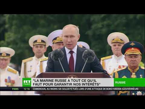 Parade navale sur la Neva à l'occasion des 325 ans de la marine russe