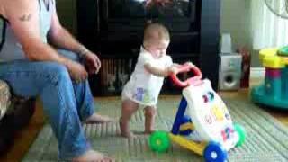 Bébé Mégane marche avec sa marchette pour la premiere fois !! 7 mois et deux semaine!!