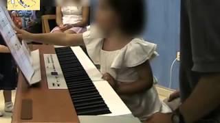 Clases de piano para niños. Niña 2 años leyendo partitura. Bébé-Musique Madrid