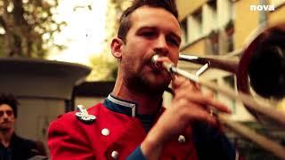 Meute dans la rue | Live Plus Près De Toi