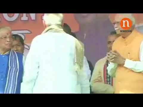 Did PM Modi ignore LK Advani in the oath taking ceremony of Tripura CM ?