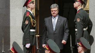 На инаугурации Петра Порошенко даже солдат упал в обморок!(7 июня в Киеве состоялась церемония инаугурации нового президента Украины Петра Порошенко. Он принял прися..., 2014-08-08T19:17:24.000Z)