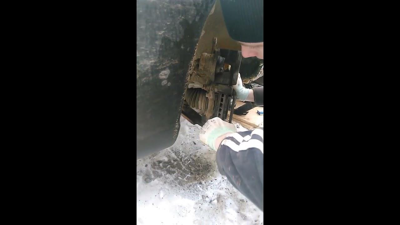 Замена передних колодок и тормозных дисков Дэу Нексия (Daewoo Nexia) левого колеса