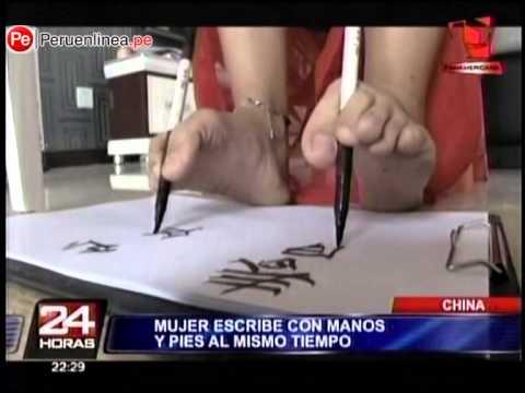 China: Mujer escribe con sus manos y pies