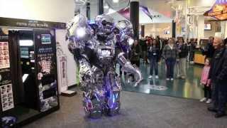 Знаменитый робот развлекает болельщиков в Сочи(Зачем платить за старого робота шоу поехать в вашей стране , когда вы могли бы купить и владеть новый? Начнит..., 2014-02-17T09:20:01.000Z)