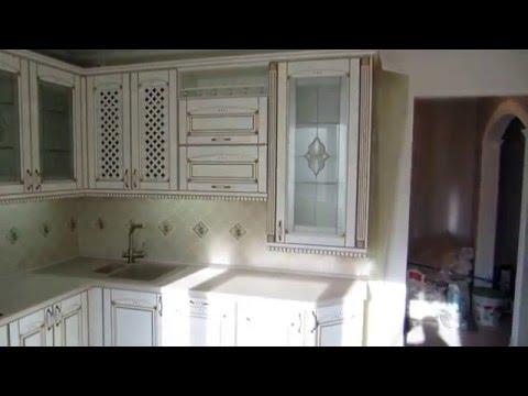Белая классическая кухня с золотой патиной