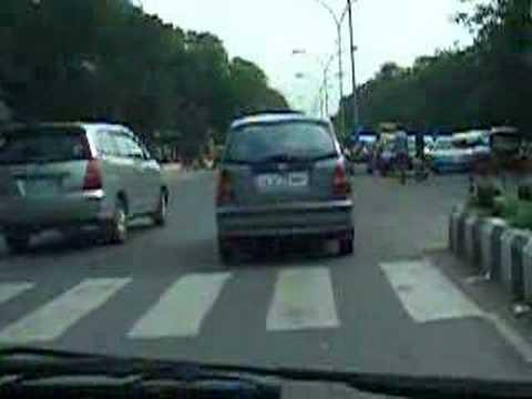 [Indian Criminals] Santro, Innova jump red light