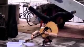 Vừa Trồng Cây Chuối Vừa... Chơi Guitar