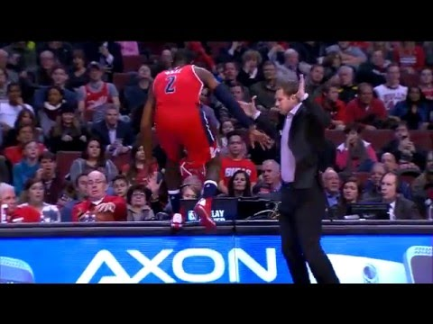 John Wall jumps over Bulls TV analyst Stacey King