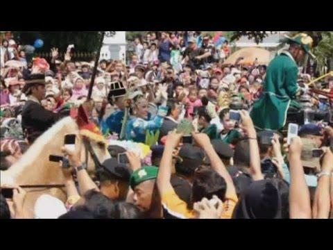 Thousands flood spectacular Indonesian royal wedding
