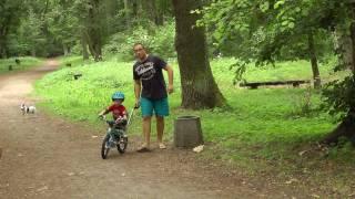 Patryczek (2,5 roku) umie już jeździc na rowerku- BMW KIDSBIKE(pierwszy raz Patryk złapał równowagę na rowerku biegowym jak miał 1,5 roku, a dzisiaj-rok później-jeździ już sam na rowerku z pedałami. Polecam rowerek ..., 2011-06-08T20:30:24.000Z)