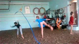 Гимнастки фантазируют упражнения.
