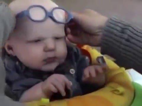 b7e1a9b49c Le Ponen Anteojos A un Bebe y ve la cara de su mamá por primera vez. Mirá  la Reacción