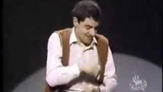 Lawak Mr Bean - Bermain intrumen drum secara halimunan
