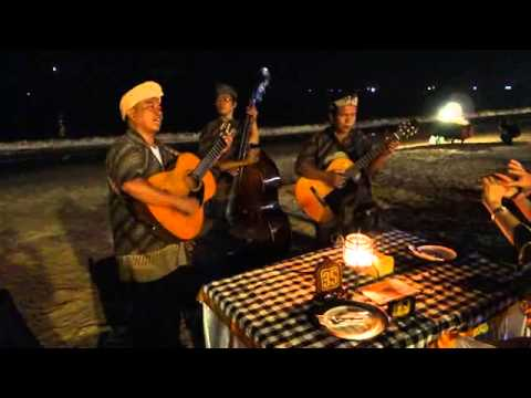 Indonesian singer sing a Chinese song for Japanese tourist at Jimbaran beach