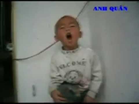 Bé 2 tuổi vừa nhảy vừa hát BÀ GIÀ BẮN MÁY BAY cực chất