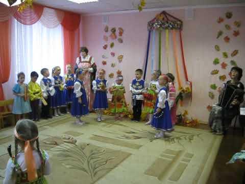 Дети играют на музыкальных инструментах