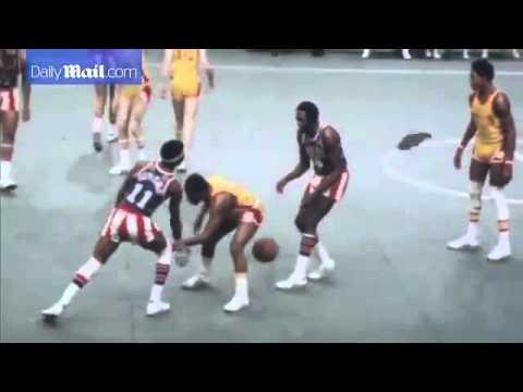 Harlem Globetrotter Legend Meadowlark Lemon In Action In 1977