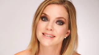 Je vous présente l'actrice Cindy Busby qui vit à Los Angeles et que j'ai eu la chance de rencontrer alors qu'elle a accepté de faire un tutoriel maquillage avec nous. Je lui ai demandé si elle voulait dire un mot sur ce que représentait Maison Jacynthe pour elle, voici, de façon on ne peut plus spontanée, non préparée :