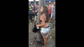 Garota tirando a roupa No Pau