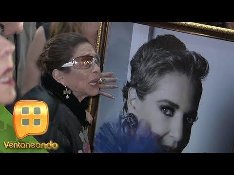 ¡CONMOVEDOR! La mamá de Edith González, llegó a despedir a su hija en homenaje póstumo.
