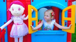Stacy und die Puppe bauen ein Spielzeughaus