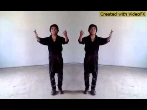 фанат Шахрукх Кхана танцует песню из фильма Любовь без слов