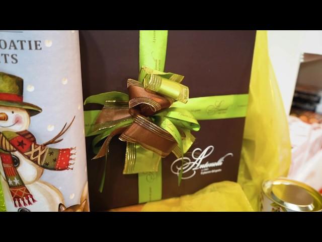 Confezioni e incartamento manuale per un regalo d'eccellenza