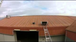 Drone filmt installatie zonnepanelen op dak Jan Bakker B.V.